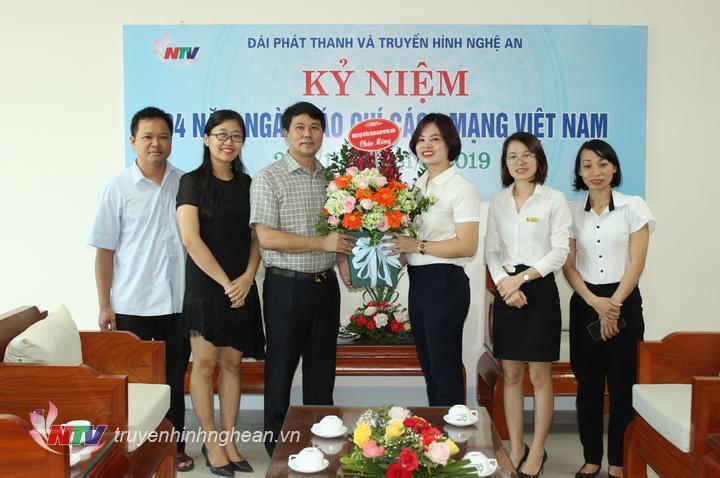 Khách sạn Mường Thanh Grand Phương Đông tặng hoa chúc mừng.