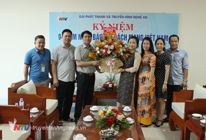 Phòng Giáo dục - Đào tạo TP Vinh tặng hoa chúc mừng.