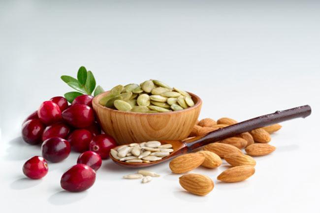 Chế độ ăn không hợp lí: Hãy đảm bảo chế độ ăn của bạn giàu vitamin A, vitamin B1, vitamin B6, vitamin C và vitamin D giúp da mềm mịn và khỏe mạnh. Chế độ ăn uống cân bằng là một trong những yếu tố quan trọng nhất để có được làn da khỏe mạnh.