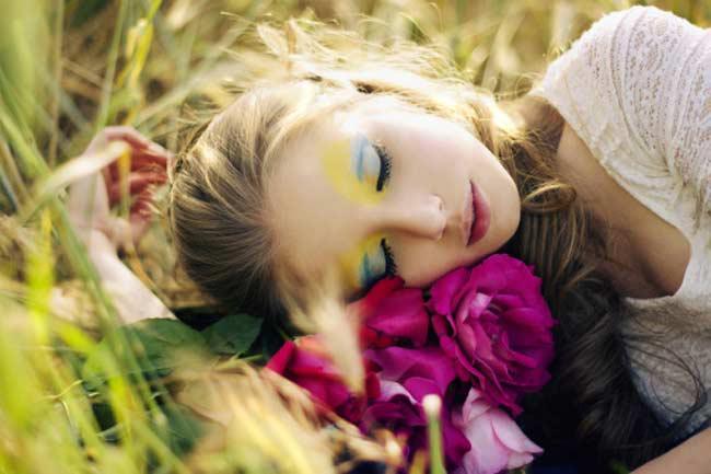Không tẩy trang trước khi đi ngủ: Không gì tệ hơn việc để da bị bịt dưới lớp hóa chất nhân tạo suốt 24/7. Da cũng cần được nghỉ ngơi để giữ độ tự nhiên. Đừng bao giờ giữ nguyên lớp trang điểm đi ngủ vì việc này sẽ khiến da không thể nghỉ ngơi và phục hồi sau một ngày dài.