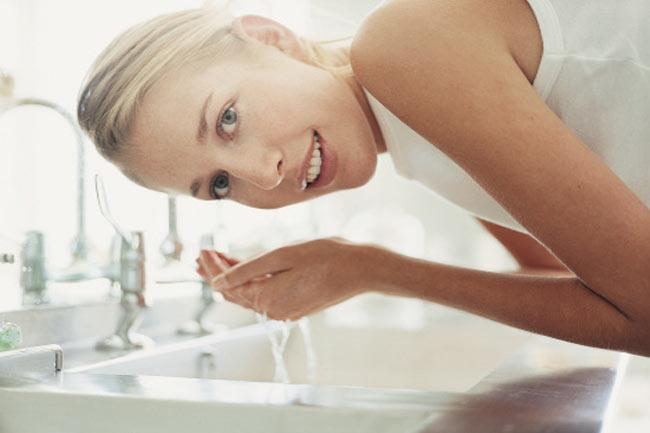 Không rửa mặt thường xuyên: Rửa mặt hai lần một ngày với nước sạch và sữa rửa mặt hoặc dầu rửa mặt giúp loại bỏ bụi bẩn và dầu, giúp da sạch sẽ và khỏe mạnh. Tránh sử dụng các loại xà bông mạnh để rửa mặt. Không rửa mặt thường xuyên sẽ gây tổn thương da.