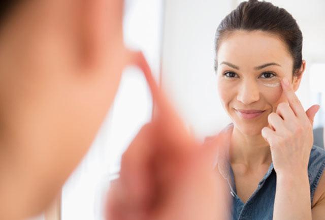   Để da khô: Da khô rất dễ bị tổn thương. Đừng bao giờ quên thoa kem dưỡng ẩm sau khi tắm. Hãy thoa kem dưỡng ẩm khi da còn ướt để da giữ được lượng ẩm. Bạn cũng nên dưỡng ẩm da tay sau khi rửa tay hoặc trước khi ra ngoài trời lạnh trong thời gian dài.  