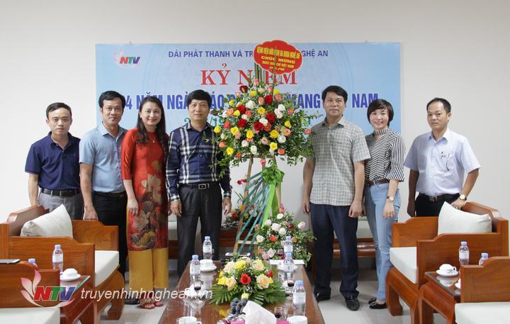 Đại diện Bệnh viện Đa khoa hữu nghị Nghệ An chúc mừng Đài.