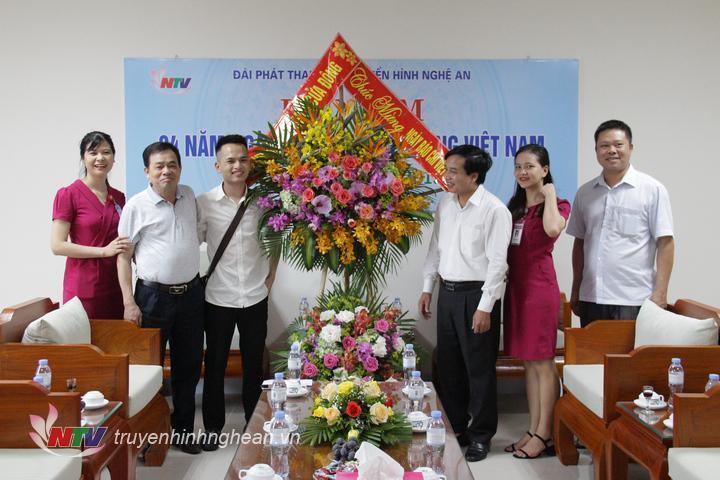Đại diện Bệnh viện Đa khoa Cửa Đông chúc mừng Đài.
