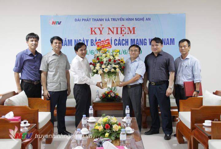 Lãnh đạo huyện Đô Lương chúc mừng Đài PT-TH Nghệ An.