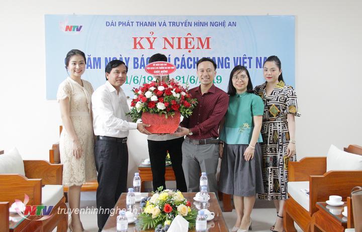 Đại diện Bộ môn Báo chí - Viện KHXH&NV - Đại học Vinh chúc mừng Đài PT-TH Nghệ An.