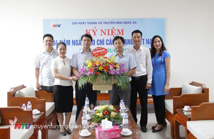 Đại diện BQL Khu di tích Kim Liên chúc mừng Đài.