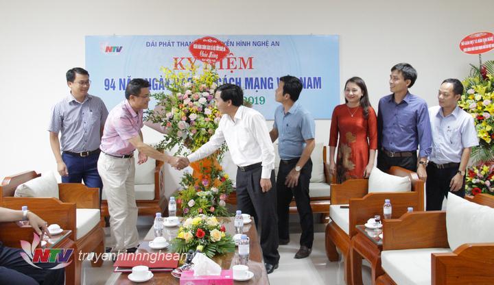 Đại diện Ngân hàng Chính sách xã hội Nghệ An chúc mừng Đài.