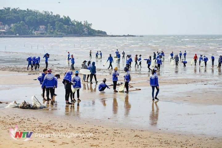 Các đoàn viên thanh niên chung tay vệ sinh môi trường biển.