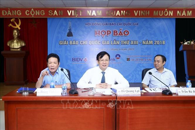 Thứ trưởng Bộ Thông tin và Truyền thông Hoàng Vĩnh Bảo (bên trái) trả lời câu hỏi của phóng viên báo chí.
