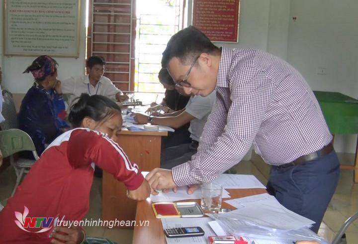   Đoàn công tác Bộ Tư pháp trực tiếp hướng dẫn đăng ký kết hôn cho người Lào đang cư trú tại huyện Kỳ Sơn.  