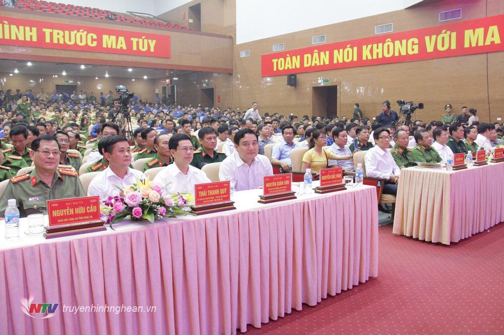   Các đại biểu tham dự lễ mít tinh.  