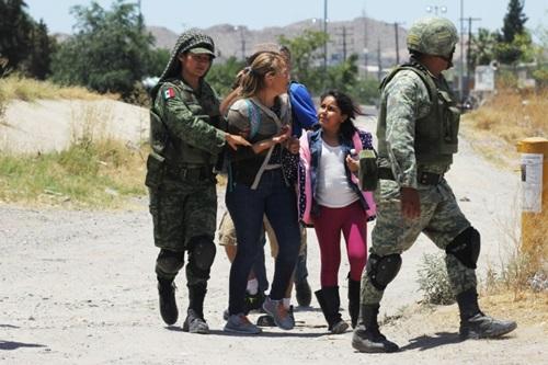 Vệ binh quốc gia Mexico chặn người nhập cư tìm cách vượt qua sông Rio Grande để vào Mỹ tuần trước. Ảnh: AFP