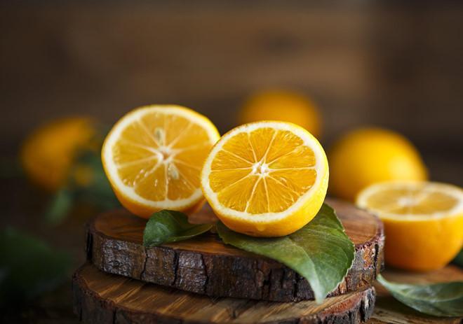 Chanh: Các loại trái cây họ cam quýt rất có lợi cho việc giải độc và tăng khả năng miễn dịch cho cơ thể. Bên cạnh đó, chúng còn có tác dụng làm mát cơ thể nhanh chóng. Nếu bạn không thích sử dụng chanh cho đồ ăn, có thể thêm vài lát chanh vào cốc nước lọc bình thường để uống.