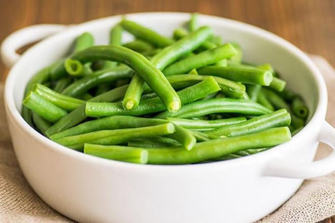 Quả đỗ: Có khả năng cung cấp nước cho cơ thể, quả đỗ xanh là nguồn dồi dào vitamin K, mangan, chất xơ và vitamin C. Nó cũng chứa flavonoid, chất chống oxy hóa làm giảm lượng cholesterol cao trong cơ thể. Bạn có thể luộc, hấp hoặc đơn giản là chế biến salad với đỗ xanh.