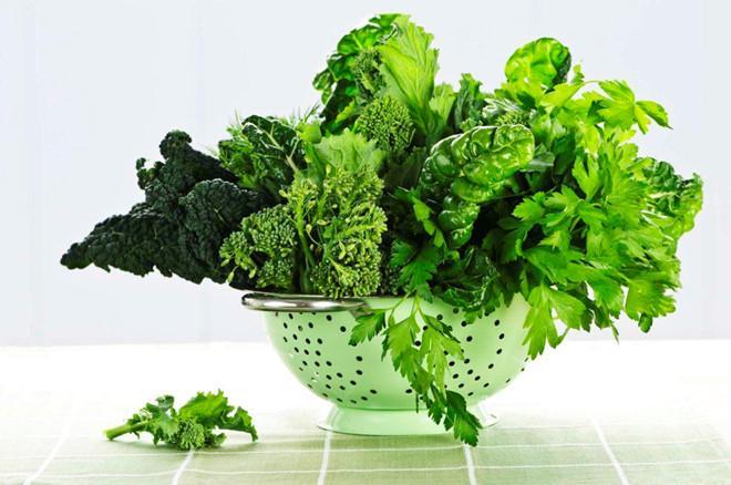 Các loại rau lá xanh như rau bina, cải xoăn, mồng tơi là chất làm loãng máu tự nhiên và giúp bạn giải nhiệt cơ thể nhanh chóng. Bên cạnh đó, chúng chứa hàm lượng nước cao nên rất dễ tiêu hóa. Điều này có nghĩa là cơ thể không cần làm việc vất vả, giúp tiết kiệm năng lượng và đảm bảo bạn luôn mát mẻ.