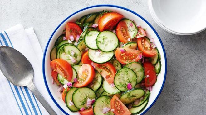 Cà chua có rất nhiều chất chống oxy hóa và vitamin C, giúp tăng cường miễn dịch, giải tỏa căng thẳng và giảm viêm trong cơ thể. Nó cũng chứa rất nhiều hóa thực vật có lợi cho sức khỏe như là lycopene, chất ngăn chặn các bệnh mãn tính, đặc biệt là ung thư. Bạn có thể chế biến salad cà chua với rau củ đơn giản để giảm nhiệt và tăng cảm giác thèm ăn.