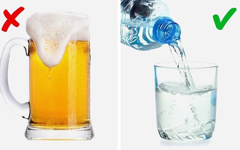 Nước vs Bia: Uống nước giúp cơ thể loại bỏ độc tố gây ra mùi hôi. Trong khi đó, uống bia có vẻ là một cách tốt để thư giãn sau một ngày làm việc, nhưng bia có thể gây ra mùi cơ thể, khi một số chất cồn thoát qua lỗ chân lông.