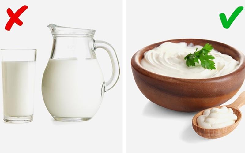 Sữa chua vs Sữa: Vitamin D có trong sữa chua giúp chống lại vi khuẩn có trong miệng, do đó làm giảm mùi hôi miệng. Trong khi, sữa có chứa choline có thể khiến mùi cơ thể khó chịu.
