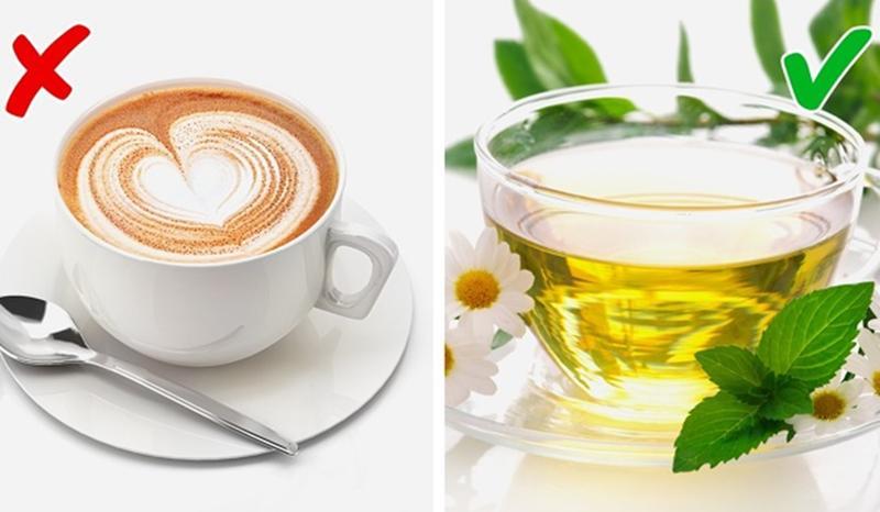 Trà vs Café: Trà thảo mộc là một nguồn cung tuyệt vời chất chống oxy hóa, giúp cơ thể thải độc và ít mùi hơn. Còn café hoặc bất kỳ đồ uống chứa caffein nào cũng có thể gây ra mùi hôi cơ thể.