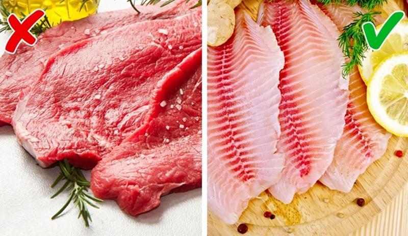 Thịt đỏ vs Thịt cá: Một nghiên cứu cho thấy, phụ nữ bị hấp dẫn bởi mùi cơ thể của những người đàn ông có chế độ ăn không thịt trong hai tuần hơn so với những người ăn thịt đỏ. Còn trong quá trình tiêu hóa cá, cơ thể bạn không tiết ra mùi khó chịu như khi tiêu thụ thịt đỏ. Do vậy, nếu bạn có kế hoạch hẹn hò, hãy lựa chọn ăn cá hơn là thịt đỏ.