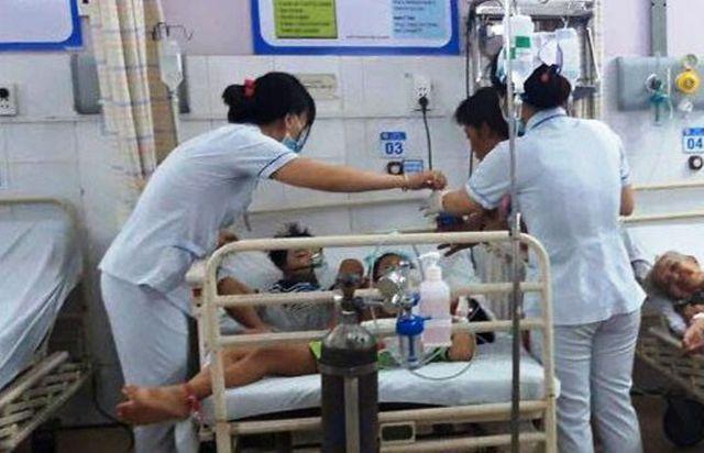 Các nhân viên y tế nỗ lực cứu chữa cho các nạn nhân đa số là trẻ em.