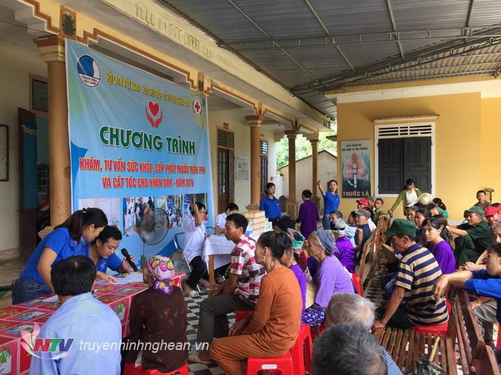 Khám, tư vấn chữa bệnh miễn phí cho hơn 200 người tại xã Nghĩa Mai.