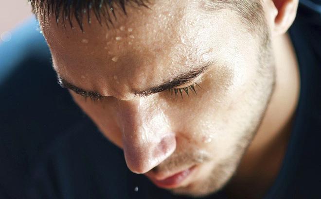 Đổ mồ hôi khác thường: Người say nắng có thể không hề đổ mồ hôi dù nhiệt độ cao. Da họ trở nên nóng ấm nhưng lại rất khô. Mặt khác, say nhiệt do hoạt động quá sức lại khiến da nóng ẩm.
