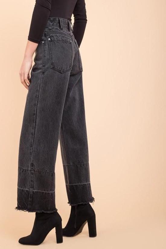 Các mẫu quần jeans ống suông, jeans ống rộng và jeans ống lửng được phái đẹp thế giới yêu thích khi mix đồ đi làm, đi dạo phố.