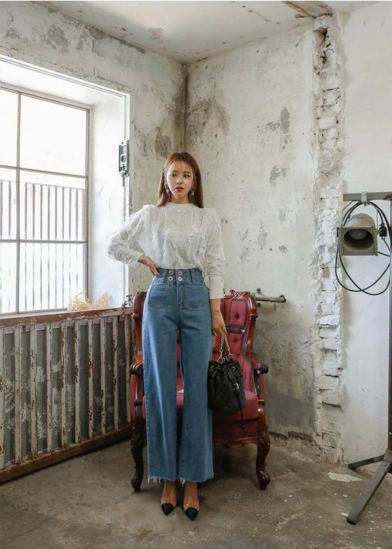 Với những mẫu quần jeans ống rộng, xé gấu, phái đẹp vẫn có thể lên đồ thanh lịch khi đến văn phòng.