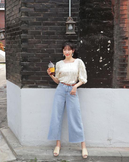 Tùy vào vóc dáng mà các nàng có thể chọn cho mình mẫu quần có kích cỡ ống rộng vừa phải. Bởi đây là mẫu quần dễ 'nuốt dáng', mix đồ không khéo người mặc sẽ trở thành cô nàng nấm lùn.