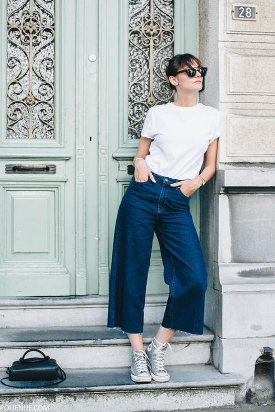 Fashion thế giới lại thích diện các mẫu quần jeans cổ điển với giầy sneaker, giầy đế bệt để thể hiện sự năng động.