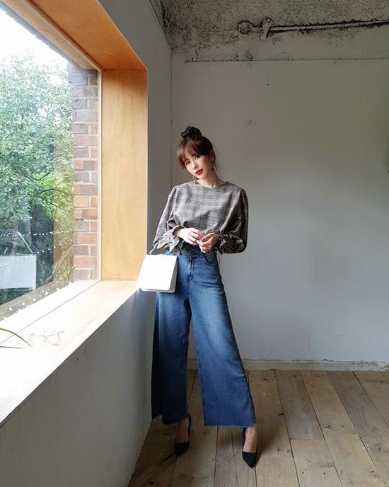 Bên cạnh phom ống rộng, gấu quần hơi loe, các kiểu jeans lưng cao cũng được yêu thích không kém. Trang phục này thường được mix cùng áo thun ôm, áo blouse tay bồng hay các kiểu áo bẹt vai.