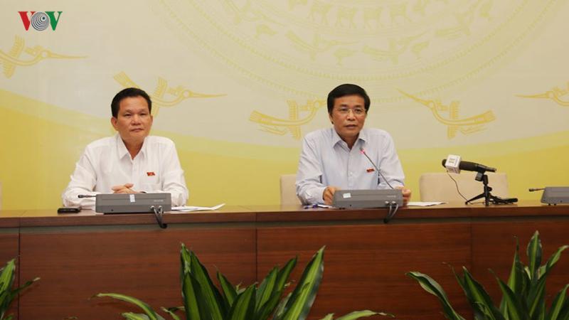 ky hop thu 7: can trong ve nhung van de con co y kien khac nhau  hinh 3 Ông Nguyễn Hạnh Phúc (bên phải) thông tin thêm về Dự án Luật Phòng, chống tác hại của rượu, bia bên lề kỳ họp thứ 7.