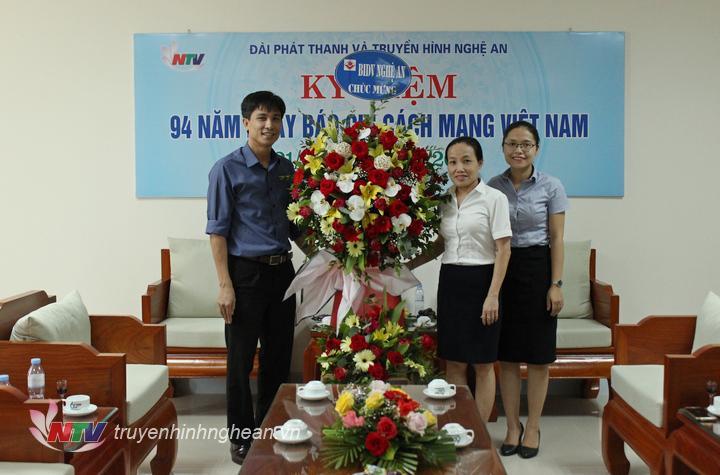 Đại diện Ngân hàng Đầu tư và Phát triển Việt Nam chi nhánh Nghệ An tặng hoa chúc mừng.