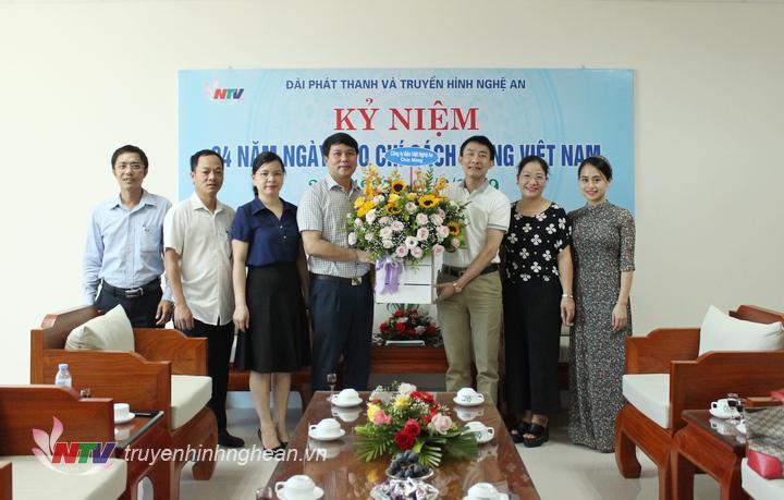Công ty Bảo Việt Nghệ An tặng hoa chúc mừng.