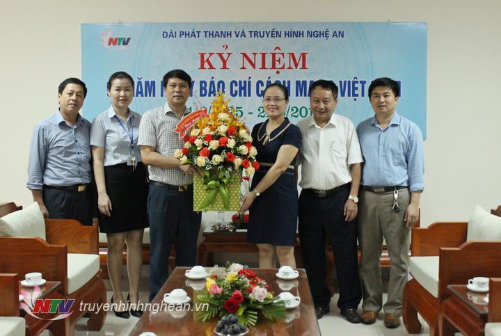 Ủy ban MTTQ tỉnh tặng hoa chúc mừng.