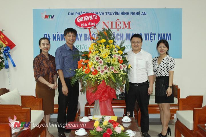Bệnh viện đa khoa 115 Nghệ An tặng hoa chúc mừng.