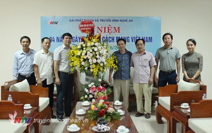 Bệnh viện Nội tiết Nghệ An tặng hoa chúc mừng.
