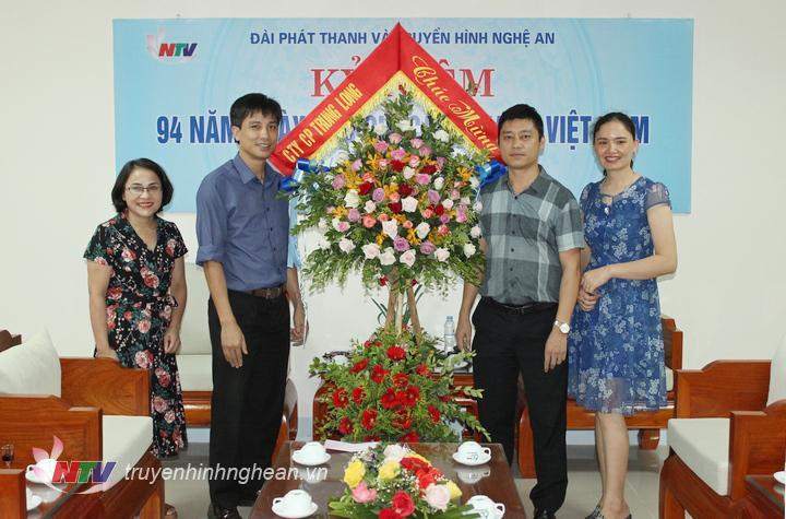 Công ty CP Trung Long tặng hoa chúc mừng.