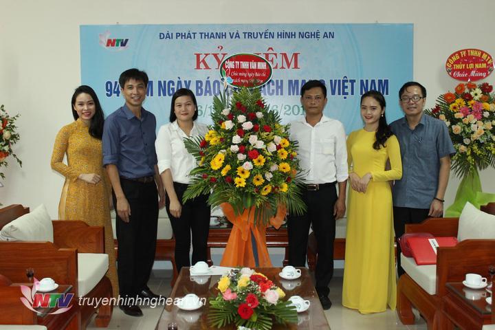 Công ty TNHH Văn Minh tặng hoa chúc mừng.