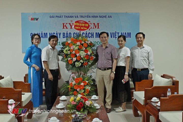 Đại diện Trường Đại học Vinh tặng hoa chúc mừng.