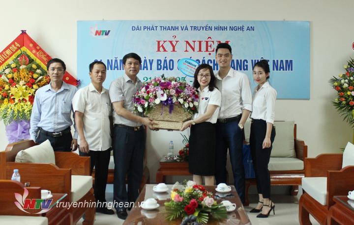 Ngân hàng Xuất nhập khẩu Eximbank tặng hoa chúc mừng.