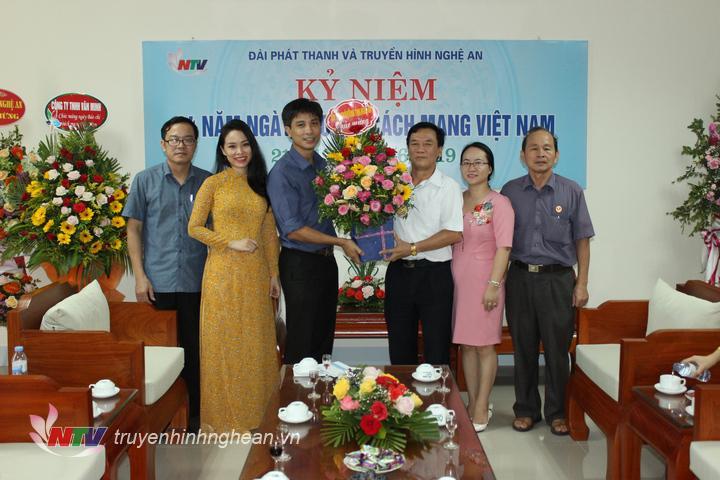 Hội Cựu chiến binh tỉnh tặng hoa chúc mừng.