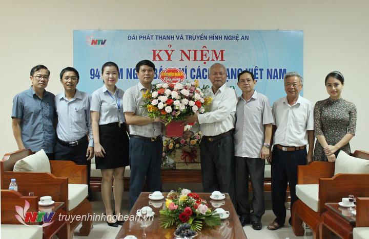 Hội Doanh nghiệp CCB tỉnh tặng hoa chúc mừng Đài.