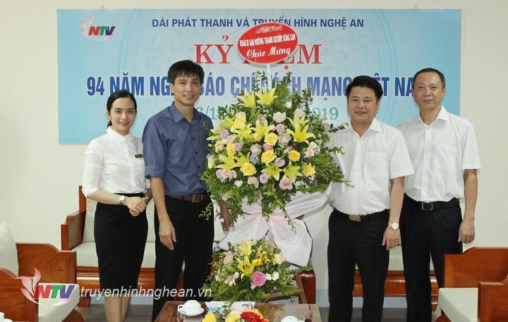 Đại diện Khách sạn Mường Thanh Luxury Sông Lam tặng hoa chúc mừng.