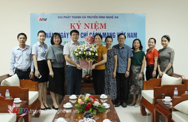 Hội Liên hiệp phụ nữ tỉnh tặng hoa chúc mừng.