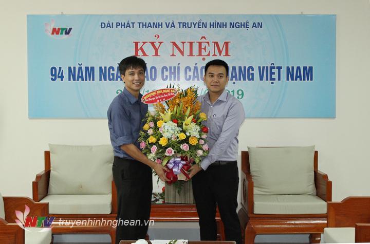 Đại diện Mobifone Nghệ An tặng hoa chúc mừng.