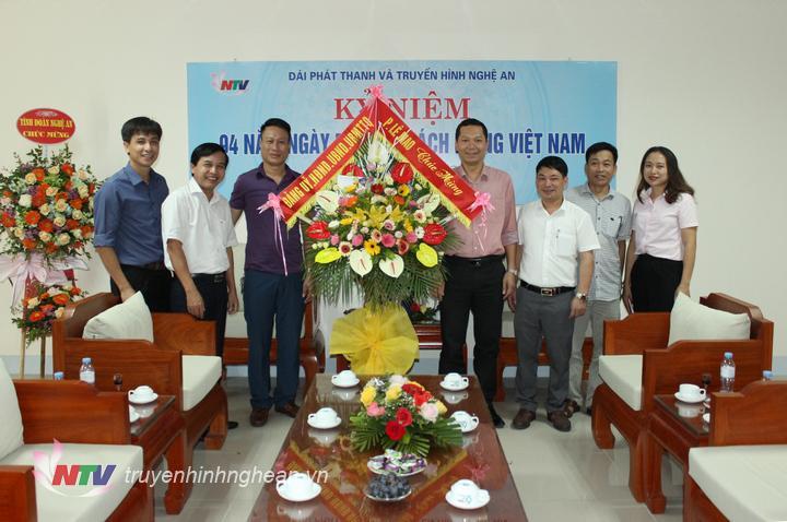 Đại diện lãnh đạo phường Lê Mao chúc mừng Đài PT-TH Nghệ An.