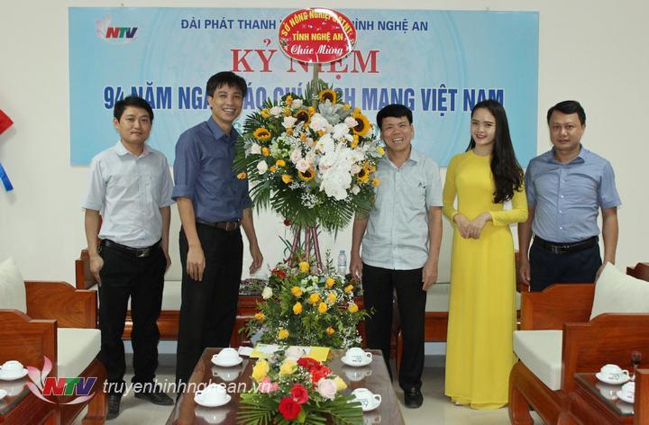 Sở Nông nghiệp tặng hoa chúc mừng.